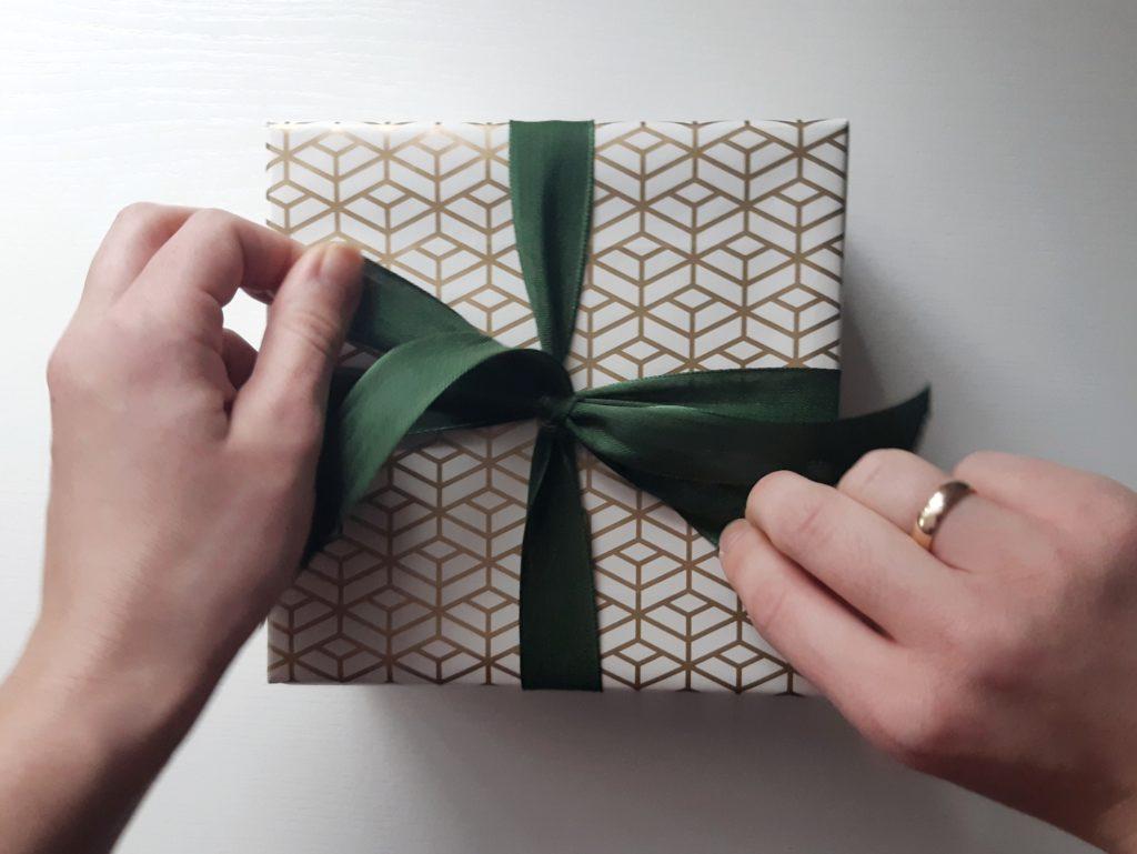 %name Jak zapakować prezent? Wersja z kokardą ze wstążki.