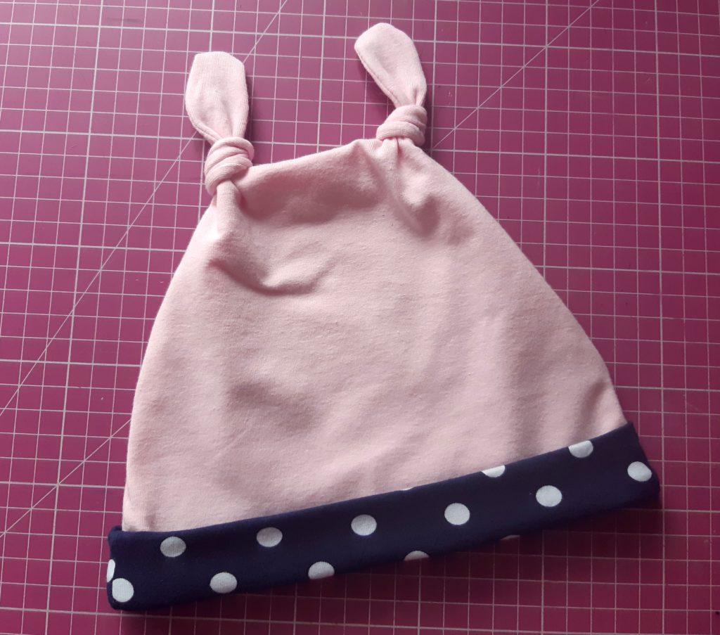 l 1024x903 Jak uszyć czapkę dla dziecka / niemowlęcia? Dwa rodzaje na kilka sposobów.