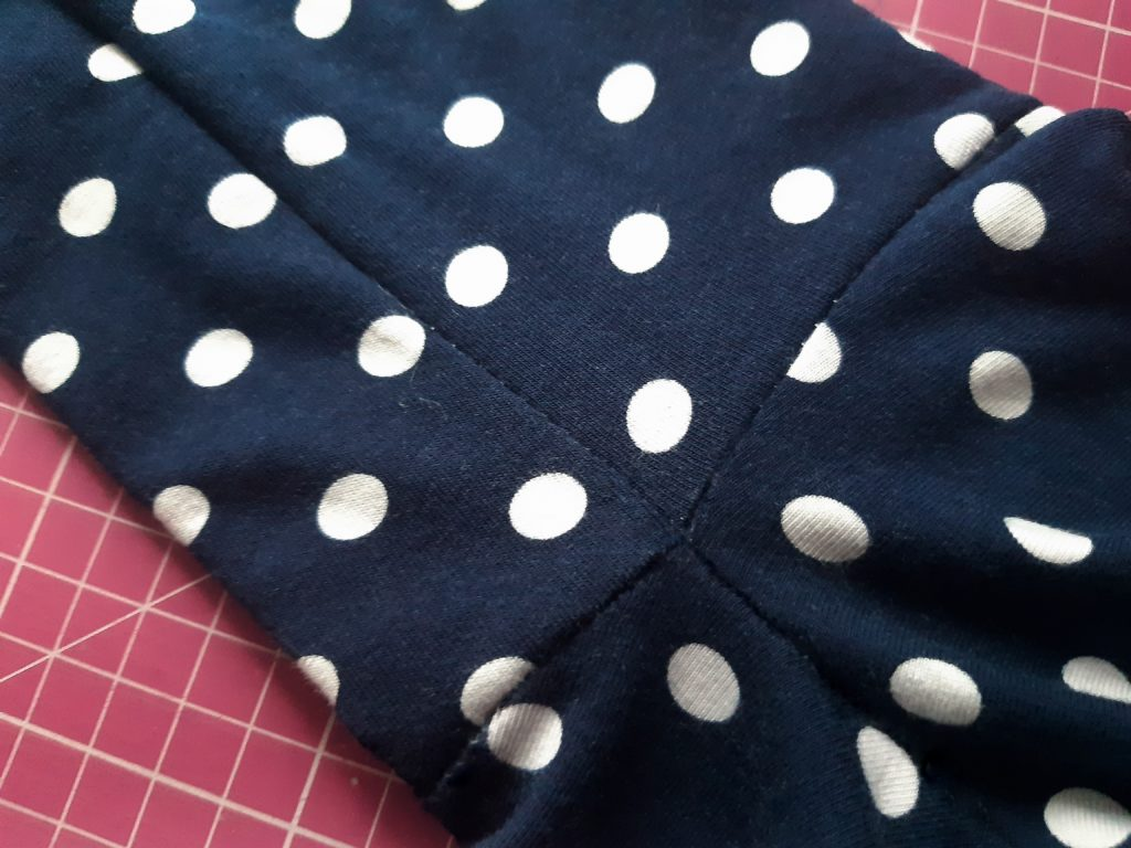 47 4608x3456 1 1024x768 Jak uszyć rękawy z materiałem wewnętrznym? Na przykładzie codziennej sukienki typu oversize   wykrój własny.