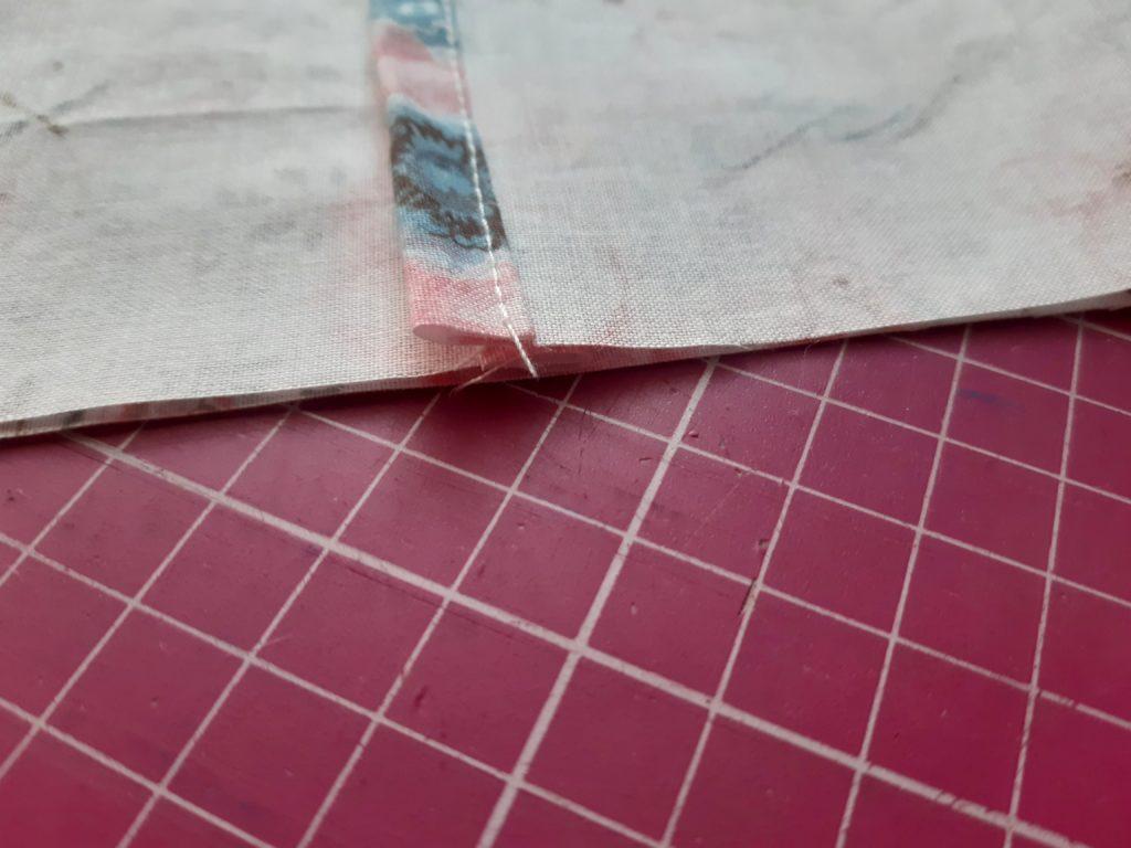 21 1 1024x768 Maseczka bawełniana z kieszonką i troczkami   jak uszyć? TUTORIAL
